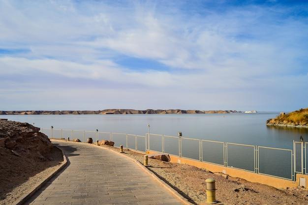 Primo piano di una strada vicino al mare in una giornata di sole