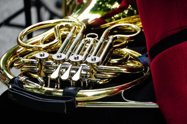 Colpo del primo piano di un corno francese lucido