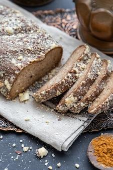 Colpo del primo piano di pane vegano crudo affettato