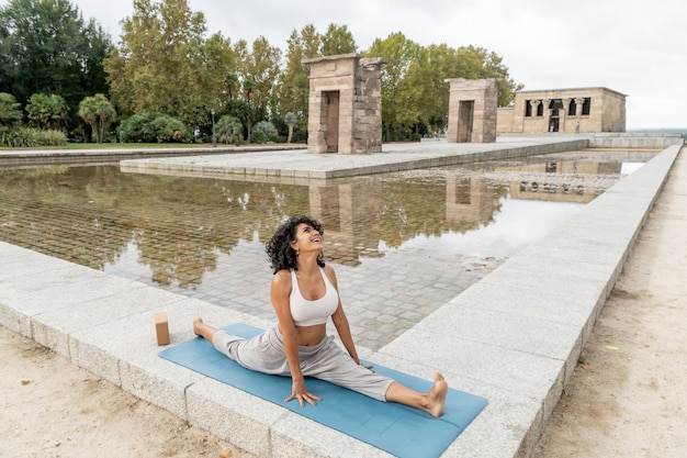 Primo piano di una donna spagnola che pratica yoga all'aperto
