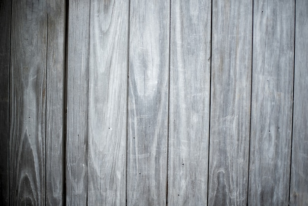 Colpo del primo piano di una parete fatta della priorità bassa grigia verticale delle plance di legno