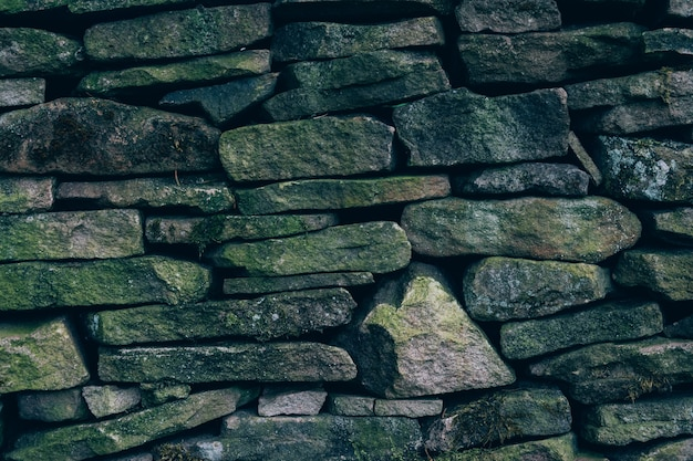 Colpo del primo piano di un muro con pietre di diverse dimensioni e forme