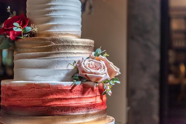 Primo piano di una torta nuziale