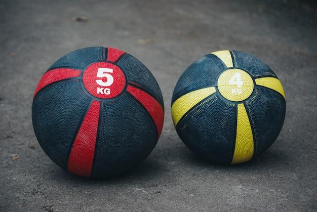 Colpo del primo piano di palloni da basket ponderati