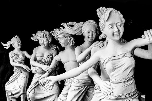 Colpo del primo piano di un'opera d'arte in marmo bianco su un nero di bali, indonesia
