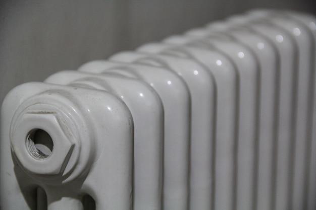 Colpo del primo piano del radiatore bianco