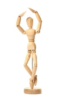 Primo piano di una figura in legno isolata su una superficie bianca