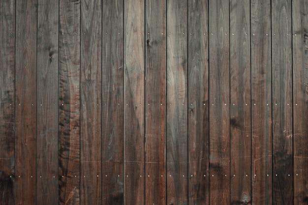Colpo del primo piano di un pavimento in legno con piastrelle verticali marrone scuro