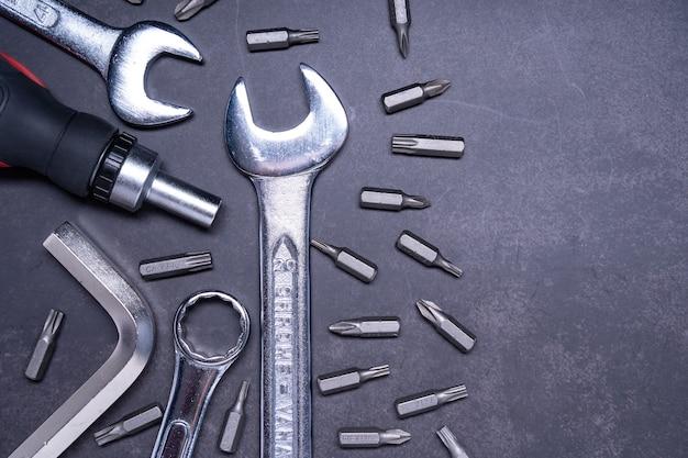 Colpo del primo piano degli strumenti di lavoro su fondo grigio