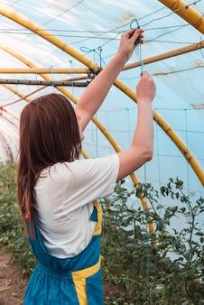 Primo piano di una giovane donna in una serra