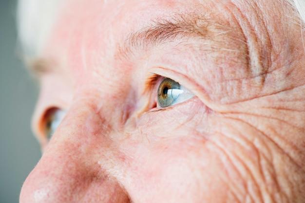 백인 노인 여성의 눈의 근접 촬영 측면 초상화
