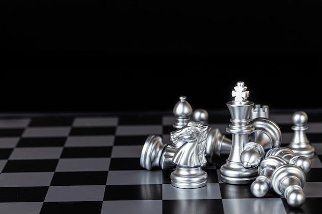 チェス盤のクローズアップ銀チェス