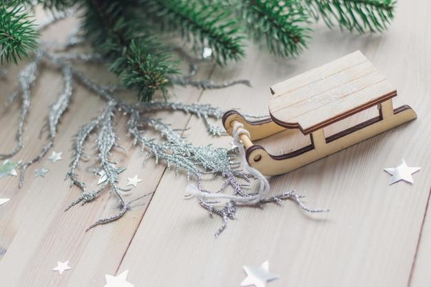Primo piano di un piccolo ornamento di legno della slitta sul tavolo