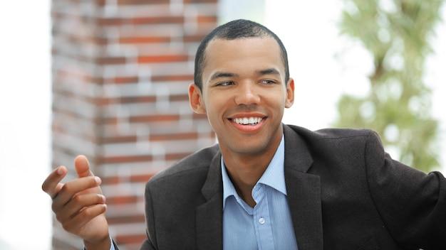 Крупным планом. улыбающийся бизнесмен, показывая вперед