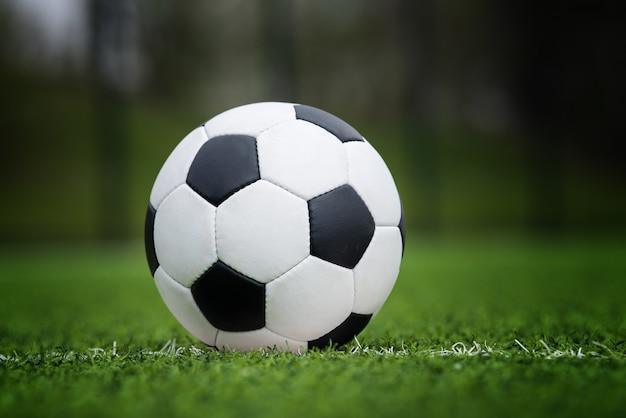 スタジアムの緑の芝生のクローズアップサッカーボール