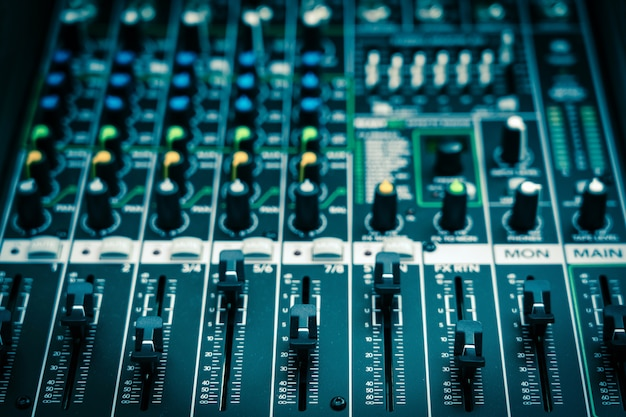 オーディオミキサー、ヴィンテージフィルムスタイル、音楽機器のコンセプトのいくつかの部分を拡大