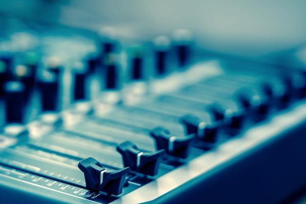 オーディオミキサー、ビンテージフィルムスタイル、音楽機器のコンセプトの一部をクローズアップ
