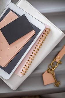 Крупным планом стопка документов паспорт блокнот планшетный пк и визитная карточка макет фирменного стиля