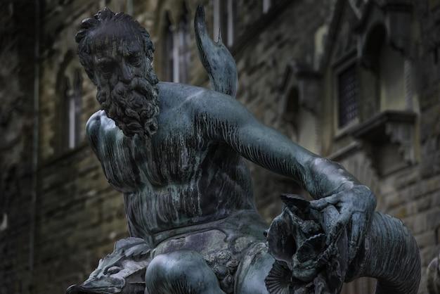 Primo piano della statua nella fontana del nettuno a firenze, italia, durante la luce del giorno