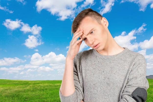 Макрофотография подчеркнул молодой человек с головной болью