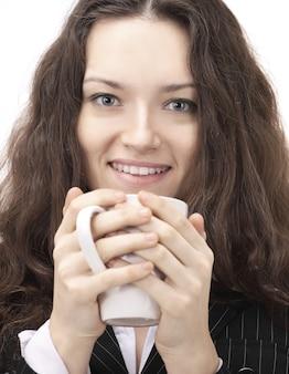 복사 공간이 있는 white.photo에 커피 한 잔과 함께 근접 촬영.성공적인 비즈니스 우먼