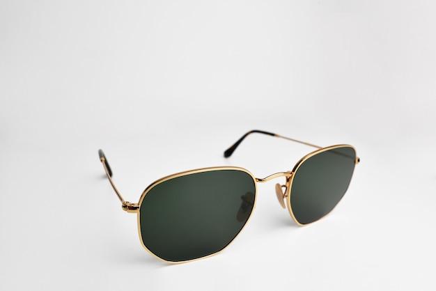 Солнцезащитные очки крупным планом в золотой оправе