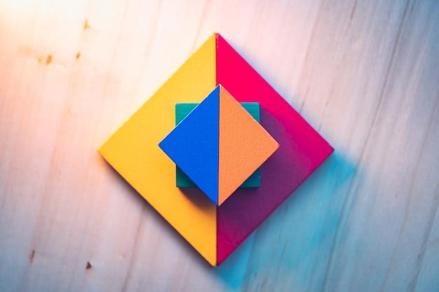 교육 및 창의적인 개념에 대한 근접 촬영 tangram 퍼즐 사용