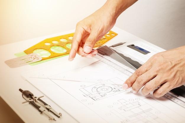 산업 드로잉 도구, 산업레일 드로잉 개념을 사용하는 동안 근접 촬영 기술자의 손.
