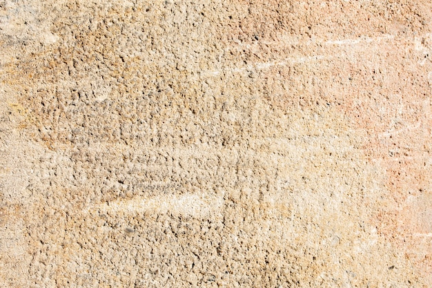화창한 날에 석고 베이지색 벽의 근접 촬영 질감