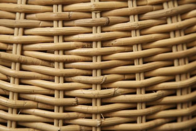 Primo piano di un cesto di paglia sotto la luce del sole - fresco per gli sfondi