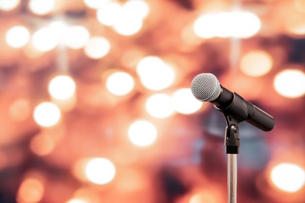 Крупным планом микрофон на подставке