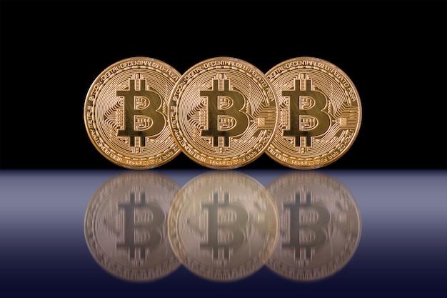 クローズアップ、黒、背景、cryptocurrency、分離している3 bitcoinsモックアップ