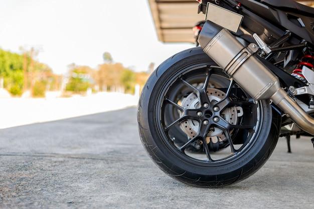 Шина крупным планом и выхлопная труба спортивного мотоцикла