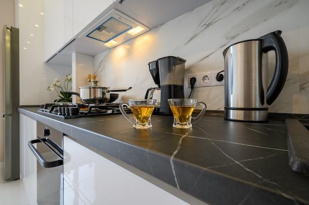 モダンなキッチン食器棚のクローズアップ