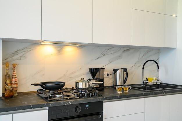 Крупным планом современный кухонный шкаф Premium Фотографии