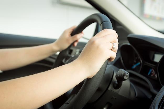 車を運転している女性のクローズアップトーンの写真