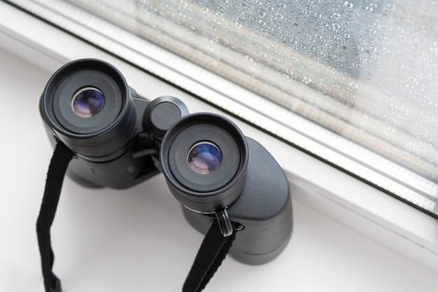 隣人や自然を観察するための黒い双眼鏡のクローズアップ上面図