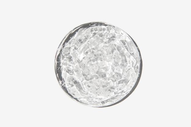 Крупным планом прозрачный косметический гель в стекле, изолированные на белом фоне текстуры макияжа и косметики