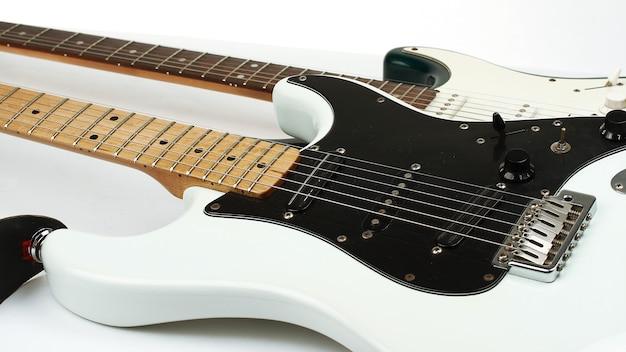 근접 촬영.두 세련된 일렉트릭 기타입니다. 흰색에 격리. 복사 공간이 있는 사진