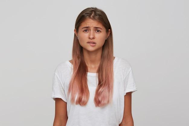 Primo piano della giovane donna preoccupata infelice