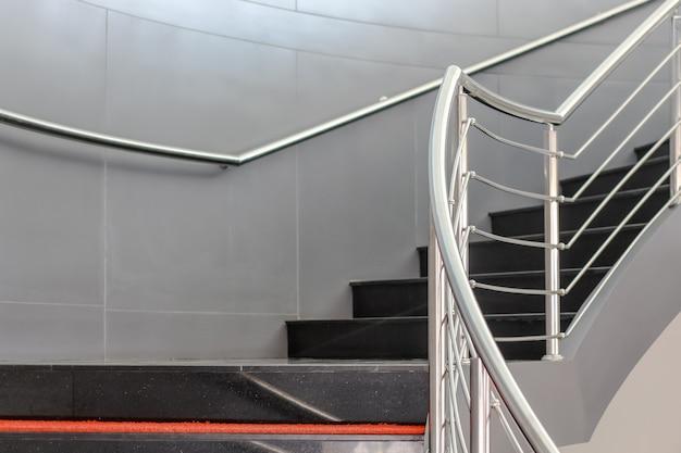 위층 또는 계단 아래로 근접 촬영