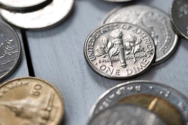 나무 테이블에 근접 촬영 미국 동전입니다. 절약 및 투자 개념.