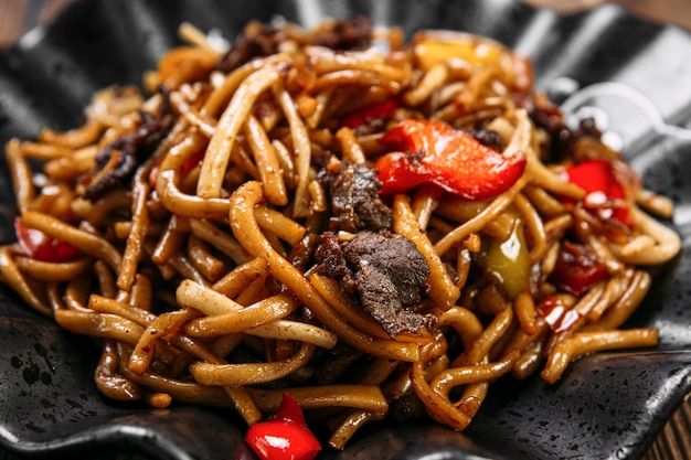 Крупным планом уйгурской кухни блюдо цомян жареная лапша