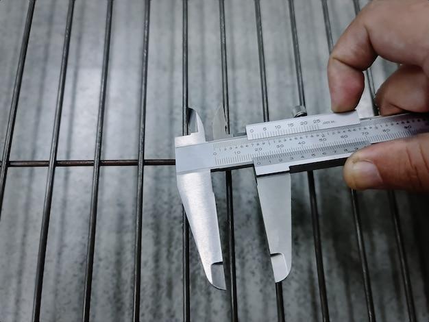 鋼線間の距離を測定するクローズアップノギス