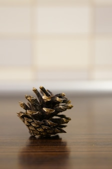木製のテーブルの上の松ぼっくりのクローズアップ垂直ショット