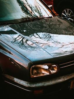 오래 된 자동차 전면의 근접 촬영 수직 샷
