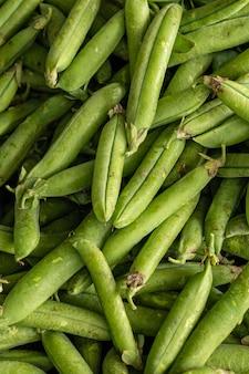 生のスナップエンドウ豆の束のクローズアップ垂直ショット