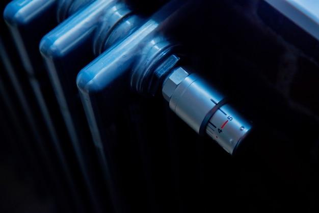 Крупным планом вид на серый металлический радиатор