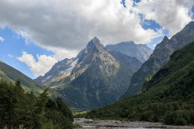 クローズアップビュー山と国立公園ドンバイ、コーカサス、ロシア、ヨーロッパの川のシーン。夏の風景、太陽の光の天気、劇的な青い空と晴れた日