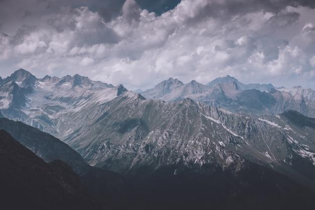 国立公園ドンバイ、コーカサス、ロシア、ヨーロッパのクローズアップビュー山のシーン。夏の風景、太陽の光の天気、劇的な青い空と晴れた日